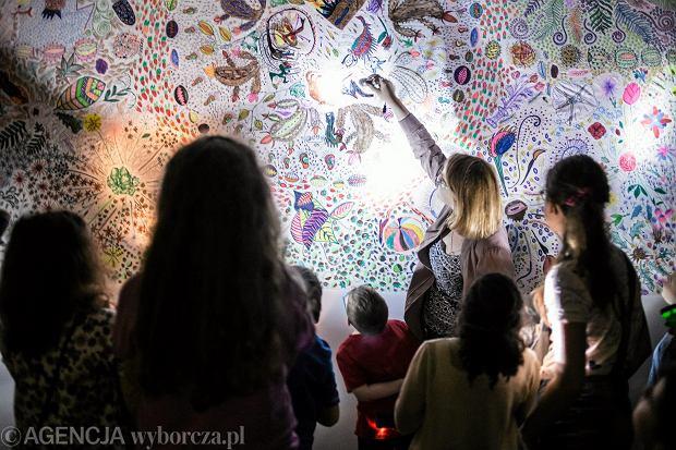Lublin. Dzieci zwiedzające Galerie Labirynt podczas Nocy Muzeów 2017