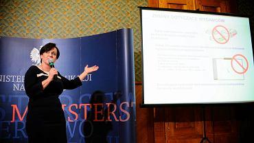 Joanna Kluzik-Rostkowska podczas konferencji dotyczącej darmowych podreczników