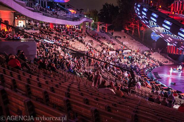 Amfiteatr pustoszeje podczas koncertu Jana Pietrzaka, 54. Krajowy Festiwal Polskiej Piosenki w Opolu Fot. Roman Rogalski / Agencja Gazeta