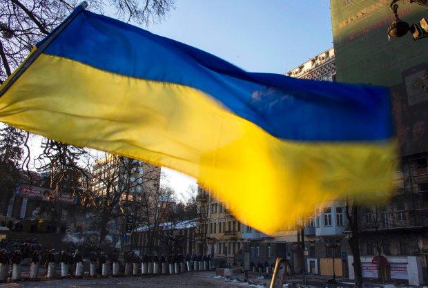 Ukrai�ska flaga na barykadzie Majdanu. W tle kordon milicji