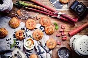 Ciastka z ricottą, rabarbarem i wiśniami