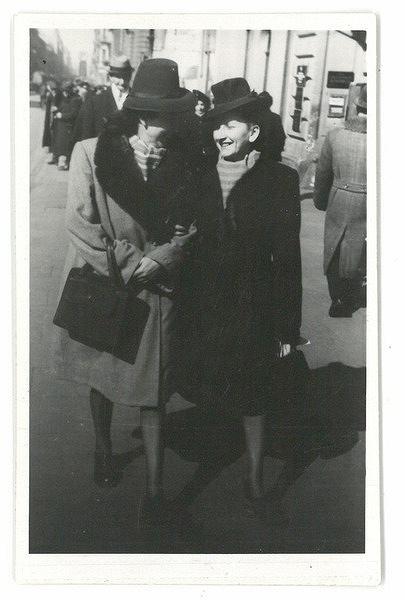 Po lewej: Bala Parzeczewska Lipstadt, po prawej Mala (Malka?) Parzeczewska Glicksman, Łódź 1945.
