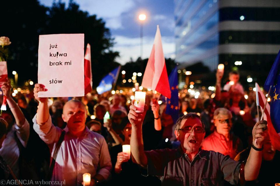 Demonstracja Przed Krakowskim Sądem A światłość W Ciemności świeci