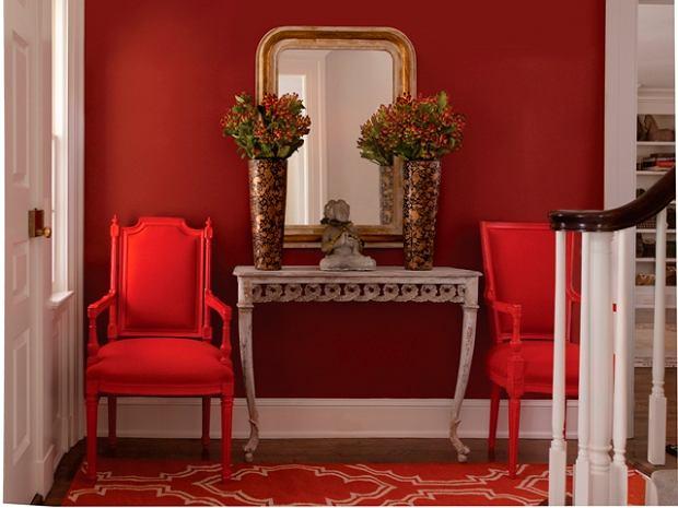 Tutaj mamy aż trzy różne odcienie czerwieni. Na ścianie zastosowano głęboki, wpadający w bordo odcień.