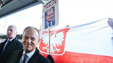 Były premier Donald Tusk peronie dworca w Sopocie, w drodze do Warszawy. Partia rządząca 'zorganizowała' mu 60 urodziny w warszawskiej prokuraturze, gdzie został wezwany w charakterze świadka. 19 kwietnia 2017