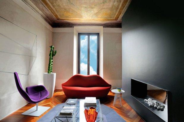 W r�kach projektant�w z ZetaStudio przestrze� nabra�a teatralnego charakteru. Czarna �ciana t�umi �wiat�o, a jednocze�nie wydobywa sufitowy fresk. Sofa Bocca (Gufram), projekt z lat 70., to ho�d oddany przez tury�skie Studio 65 Salvadorowi Dalemu.