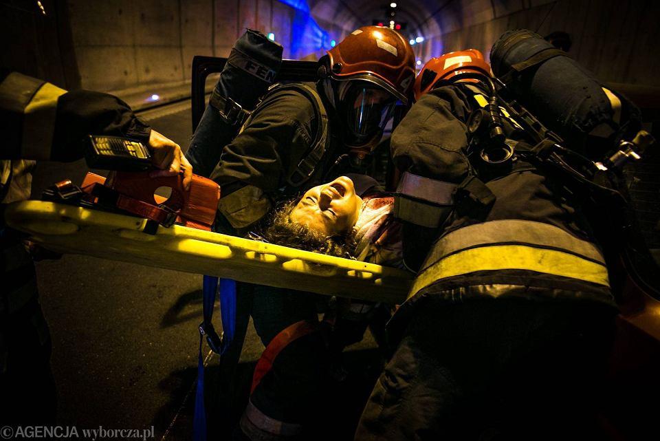 Zdjęcie numer 15 w galerii - Symulacja karambolu z kilkudziesięcioma rannymi. Duże ćwiczenia w tunelu pod Martwą Wisłą [ZDJĘCIA]