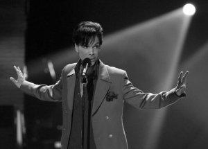 Prince zmarł w swojej posiadłości w Minnesocie. Na razie przyczyny śmierci nie są znane. Wiadomo tylko, że artysta był ostatnio hospitalizowany z powodu grypy. Miał 57 lat.