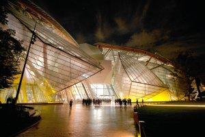 Spektakularny szklany statek w Pary�u. Otwarto muzeum Fundacji Vuittona. Projekt Franka Gehry'ego