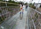 Szklany most w Chinach. Najd�u�szy i najbardziej przera�aj�cy na �wiecie [ZDJ�CIA]
