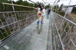 Szklany most w Chinach. Najdłuższy i najbardziej przerażający na świecie [ZDJĘCIA]