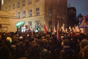 Wybory 2014: Kilkadziesi�t os�b okupuje budynek PKW