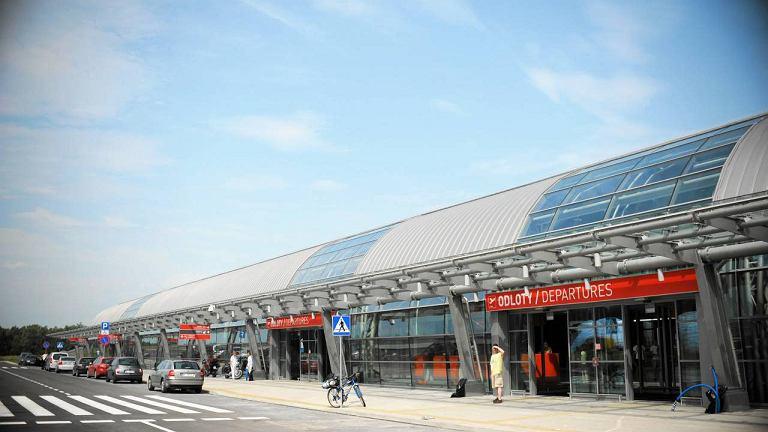 Terminal lotniska w Modlinie w lecie 2012 roku