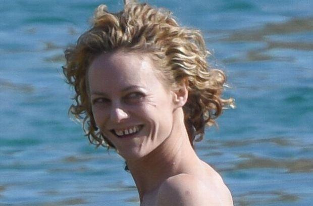 Vanessa Paradis wykorzystała piękną pogodę i odpoczywała na wakacjach w Grecji. Jej sylwetka nadal jest filigranowa, ale modelka wygląda lepiej niż jeszcze rok temu. Wśród paparazzi czuła się tak swobodnie, że nawet nie zauważyła, kiedy spadł jej stanik.