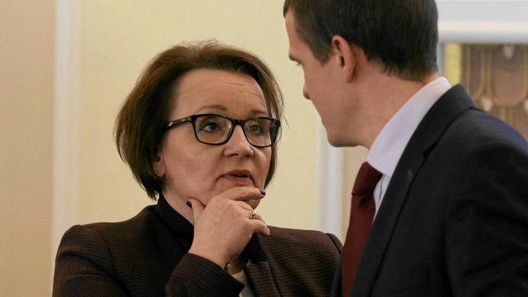 Minister edukacji Anna Zalewska zapowiedziała w piątek likwidację sprawdzianu szóstoklasisty. Na zdjęciu: z ministrem sportu Witoldem Bańką podczas posiedzenia rządu 5 stycznia 2016 r.