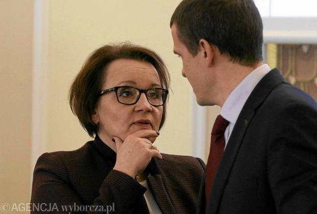 Minister edukacji Anna Zalewska zapowiedzia�a w pi�tek likwidacj� sprawdzianu sz�stoklasisty. Na zdj�ciu: z ministrem sportu Witoldem Ba�k� podczas posiedzenia rz�du 5 stycznia 2016 r.