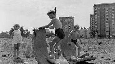 W powstających nowych osiedlach bardzo często dzieciom za plac zabaw służyły pozostałości po budowlańcach, lata 70. XX w., fot. Stanisław Kokurewicz