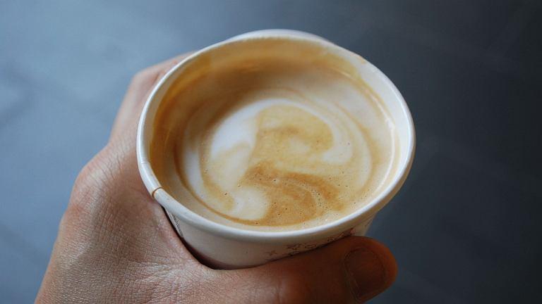 Picie kawy nie pomaga na kaca