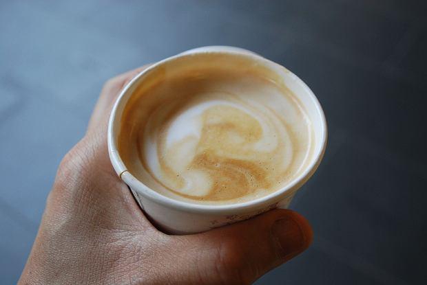 Pijesz kawę na kacu, aby poczuć się lepiej? Ekspert: To nie pomoże ci wytrzeźwieć
