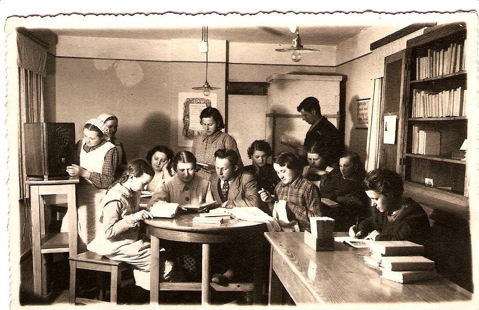 Czytelnia w bibliotece w Pudliszkach w 1929 r.