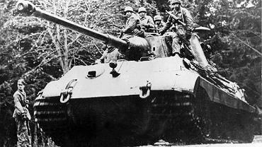 Niemiecki czołg ciężki Tiger II podczas operacji w Ardenach. Czołgi te były projektowane z myślą o froncie wschodnim i walkach na radzieckich równinach. W Ardenach, na zaśnieżonych górskich traktach, te olbrzymie i paliwożerne maszyny sprawdzały się średnio.