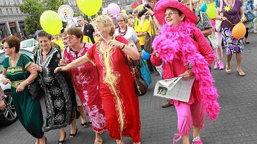 Parada seniorów na ulicach Warszawy