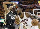 NBA. LeBron James bawi się z Toronto Raptors. Najpierw piwko, teraz jak na treningu