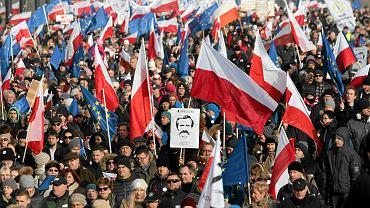 Sobotni marsz Komitetu Obrony Demokracji w Warszawie