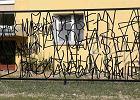Płot przypominający rasistowskie graffiti dzieli warszawiaków