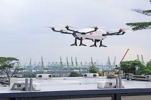 Dron Airbusa odbiera paczkę od robota. Tak wygląda przyszłość powietrznego transportu towarów?