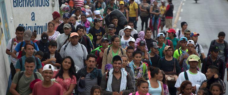Karawana trzech tysięcy imigrantów przekroczyła granicę z Meksykiem. Zmierza do USA