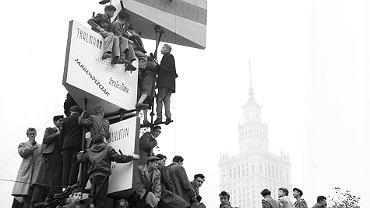 Uczestnicy wielkiego wiecu na warszawskim pl. Defilad, 24 października 1956 r. Gomułka potępił podczas niego stalinizm i zapowiedział liberalizację. Zarazem wezwał, by 'skończyć z wiecowaniem' i 'przejść do codziennej pracy'