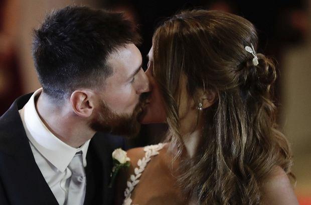 Lionel Messi w piątek wziął ślub ze swoją wieloletnią partnerką Antonellą Roccuzzo. Nie obyło się niestety bez poważnej wpadki, którą szybko uchwyciły media.