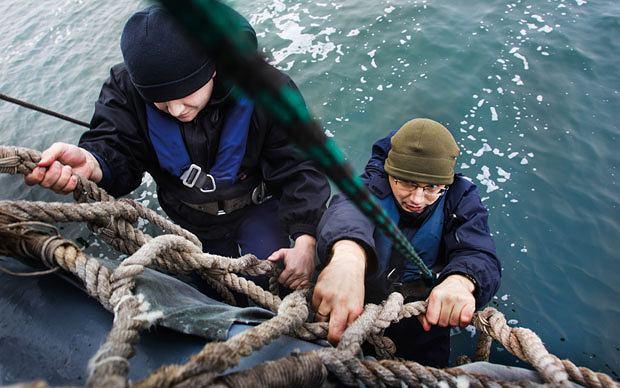 Zejście po siatce ratunkowej do morza jest proste, ale kąpiel w 2 stopniach - mało przyjemna. na szczęście okazało się, że w czasie alarmu ćwiczebnego wystarczy zanurzyć dłoń w morzu