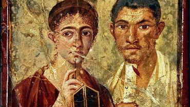 Ten portret pary małżeńskiej pochodzi z jednego z domów w Pompejach, mieście zasypanym popiołami z Wezuwiusza w 79 r. n.e. Kobieta trzyma w rękach woskową tabliczkę i stylus, rylec służący do pisania na niej. Mężczyzna dzierży zwój. Fresk miał najwyraźniej ukazywać znakomite wykształcenie gospodarzy domu. Tymczasem dom ów nie należał do mędrca, lecz do piekarza - niejakiego Terencjusza Neusa.