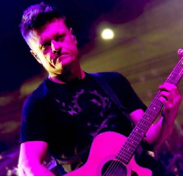 """Na pytania z Kwestionariusza Tuby zgodził się odpowiedzieć Adam Drath. Od ponad 20 lat jest gitarzystą zespołu BAJM, dla którego skomponował takie utwory jak """"Myśli i słowa"""" czy """"Lola Lola"""""""