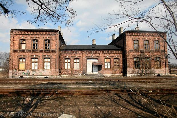 Wybudowany w XIX wieku dworzec Kolei Warszawsko-Wiedeńskiej w Dąbrowie Górniczej