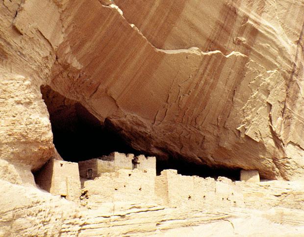 Podróże: samochodem przez Dziki Zachód, samochody, ameryka północna, podróże, Pod ogromnym okapem skalnym przycupnęły ruiny indiańskiego puebla zwanego Białym Domem