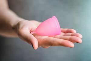 Kubeczek menstruacyjny - alternatywa dla podpasek i tamponów? Co to jest i czy warto stosować? [Opinie, cena]