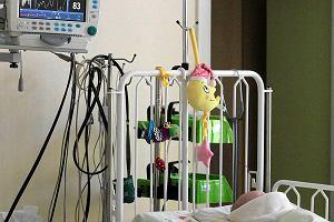 6-miesięczny chłopiec z ciężkimi obrażeniami trafił do Centrum Matki Polki. Rodzice zatrzymani [AKTUALIZACJA]