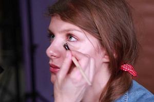 Jak wykonać makijaż w stylu pin-up?