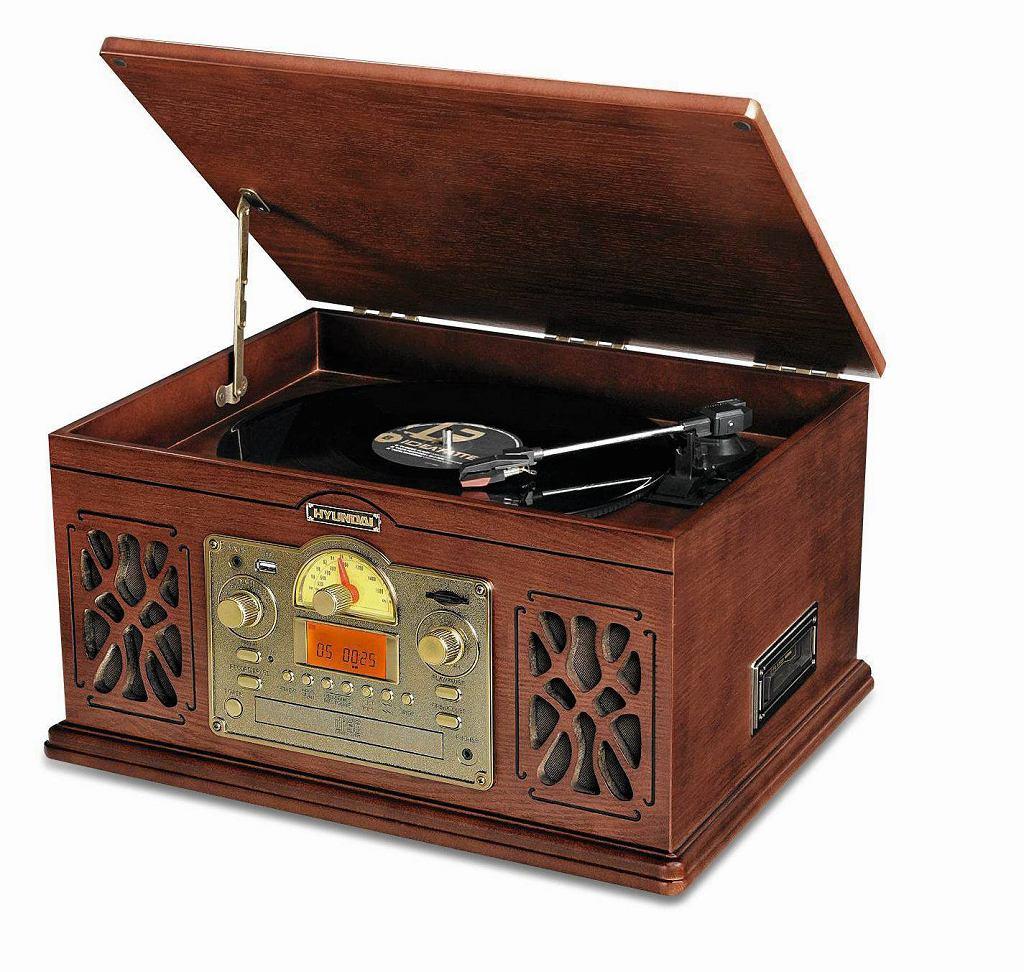 Czy w dobie multimediów posiadanie tradycyjnego radia ma sens? Naszym zdaniem tak. Oprócz oczywistej korzyści ze słuchania muzyki i wiadomości mamy dodatkową - te odbiorniki są tak ładne, że aż chce się na nie patrzeć!  <BR /> RADIO. Hyundai RTCC808 SURIP, analogowe, moc 1 W, electro.pl, 493 zł