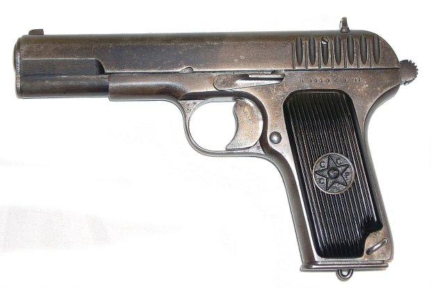 Uzbrojony Rosjanin w poci�gu. Karabin maszynowy, pistolety, amunicja...