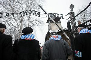 """Przeżyli i ostrzegają: wojna to nie żarty. Rozmowa z Agnieszką Daukszą, autorką książki """"Klub Auschwitz i inne kluby"""""""