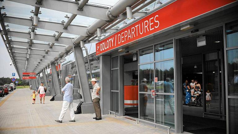 Terminal lotniska w Modlinie świeci pustkami