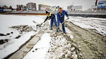 Pracownicy Polonii odśnieżają tor