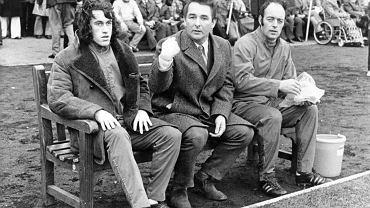 Brian Clough (w środku) na ławce trenerskiej trzecioligowego Brighton, które prowadził po wyrzuceniu z Derby County, co stało się w listopadzie 1973 r. - Sukces w Brighton? Równie dobrze mógłbyś wymagać od świetnego dżokeja, by wygrał derby, jadąc na ośle - mawiał Clough. W Brighton przeżył najtrudniejsze chwile w karierze. W Pucharze Anglii jego zespół uległ amatorskiemu Walton & Hersham 0:4, a Clough złościł się, że przegrał z zespołem, 'który nazywa się, jak kancelaria prawna'. W lidze Brighton m.in. uległo na swoim stadionie Bristol Rovers aż 2:8, sezon skończyło na 19. miejscu. Wtedy Clough przyjął ofertę Leeds, gdzie zapisał jeden z najsłynniejszych epizodów w historii angielskiego futbolu.
