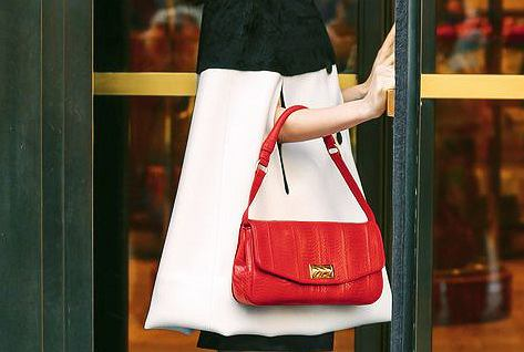 cf5fcb0158109 Czerwona torebka: do czego pasuje i gdzie kupić najładniejszą