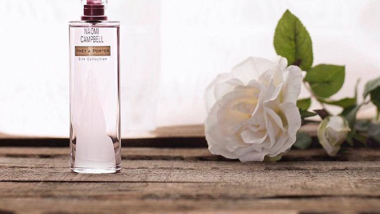 Szczególnie polecanym zapachem przez kobiety jest Pret e Porter Silk Collection marki Naomi Campbell