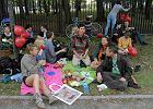 """Fundacja Panoptykon zorganizowała piknik przy płocie Stadionu Narodowego w ramach obchodów """"Freedom not fear day"""". Uczestnicy protestowali przeciwko grodzeniu przestrzeni miejskiej"""